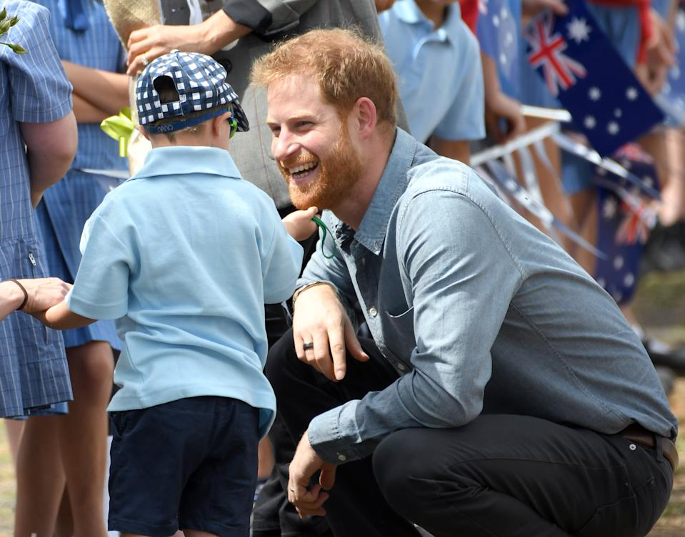 DUBBO, AUSTRALIA - OCTOBER 17:  Prince Harry, Duke of Sussex arrives at Dubbo airport and is greeted by 5 year old Luke Vincent on October 17, 2018 in Dubbo, Australia. The Duke and Duchess of Sussex are on their official 16-day Autumn tour visiting cities in Australia, Fiji, Tonga and New Zealand.  (Photo by Karwai Tang/WireImage)