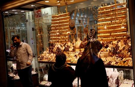 Gold climbs on Fed rate cut speculation, growth concerns