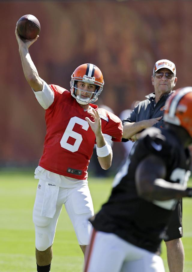 Cleveland Browns quarterback Brian Hoyer (6) throws under the watchful eye of offensive coordinator Norv Turner during practice at the NFL football team's facility in Berea, Ohio Wednesday, Sept. 25, 2013. Browns coach Rob Chudzinski said Hoyer will start again Sunday against the Cincinnati Bengals in place of injured Brandon Weeden, who is still recovering from a sprained right thumb and isn't ready to play. (AP Photo/Mark Duncan)