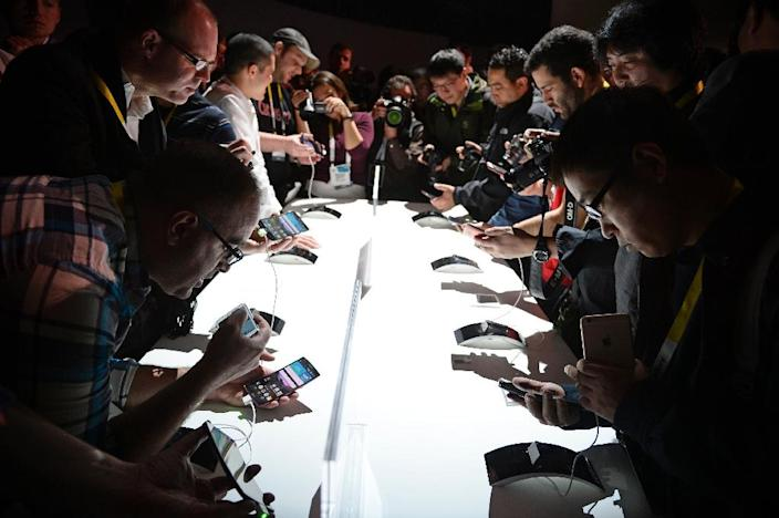 Attendees check out LG G Flex2 smart phones, during the 2015 Consumer Electronics Show in Las Vegas, Nevada (AFP Photo/Robyn Beck)