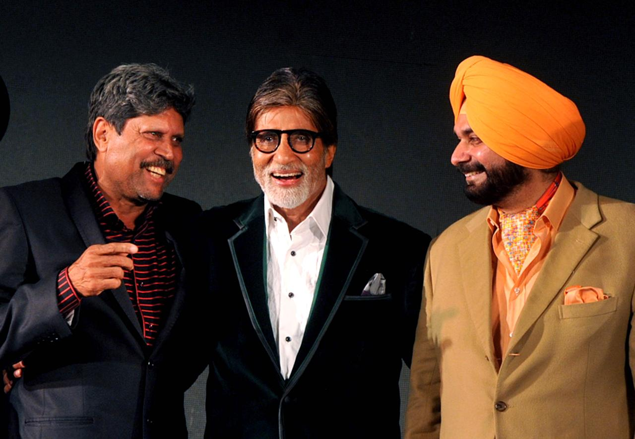 Former Indian cricketer and Bharatiya Janata Party (BJP) member of parliament Navjot Singh Sidhu (R) poses with Bollywood actor Amitabh Bachchan (C) and former cricketer Kapil Dev (L) during a presentation ceremony in Mumbai late April 18, 2013.   AFP PHOTO/STR