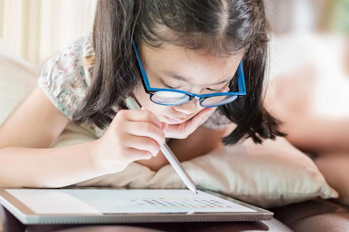 Additional screen time because of remote learning might be affecting your child. To help, we've found some of he best blue light-blocking glasses for kids. (Photo: Chinnapong via Getty Images)