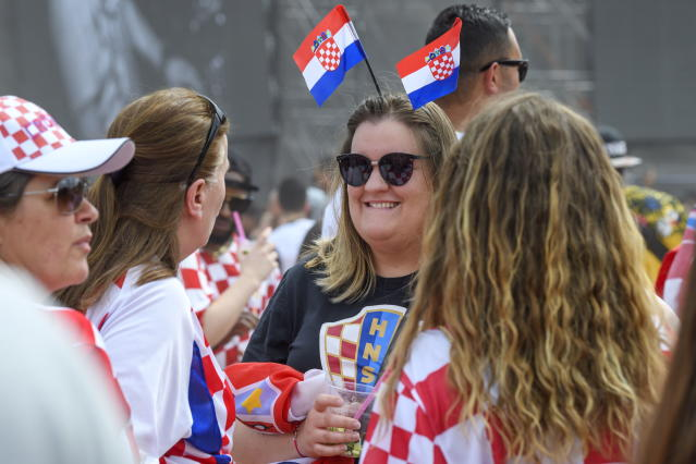 PHU30851 PUVI. Geneva (Switzerland Schweiz Suisse), 15/07/2018.- Supporters of the Croatian national soccer team react as they watch a public broadcast of the FIFA World Cup final soccer match between France and Croatia in Geneva, Switzerland, 15 July 2018. (Croacia, Ginebra, Mundial de Fútbol, Suiza, Francia) EFE/EPA/MARTIAL TREZZINI