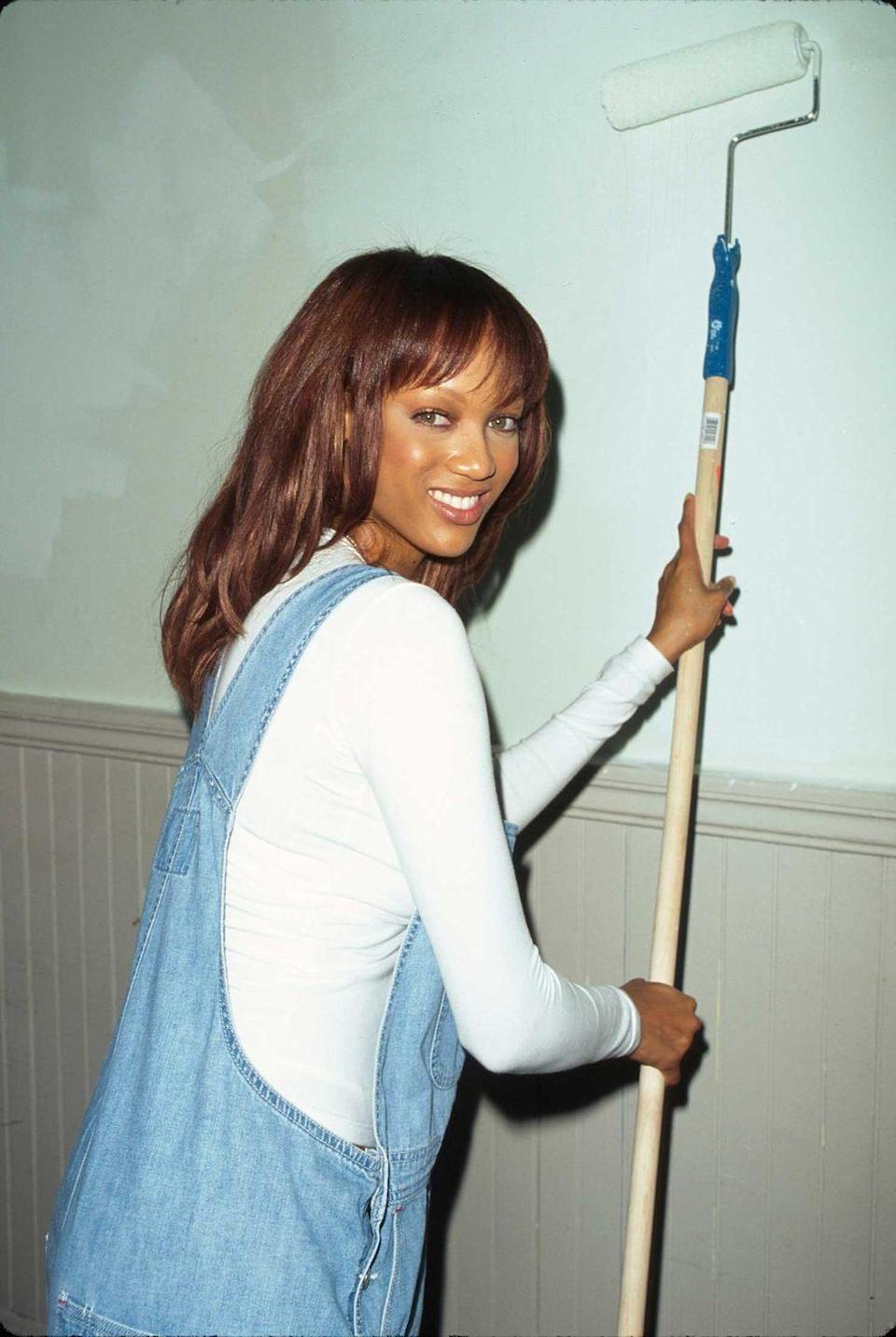 <p>Tyra Banks dressed casually for a day of volunteering during a 1997 <em>Seventeen</em> magazine event.</p>