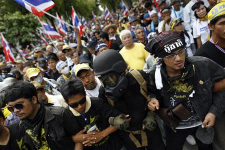 Protesters against an amnesty bill march towards police barricades on the main road near the government and parliament buildings in central Bangkok November 7, 2013. REUTERS/Damir Sagolj