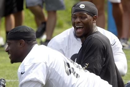 Le'Veon Bell (R) has a laugh with fullback Will Johnson at practice. (AP)