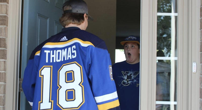 The look on the face of one of the Hanlon kids says it all after opening the door to see Robert Thomas of the Stanley Cup champion St. Louis Blues. (Twitter//@StLouisBlues)
