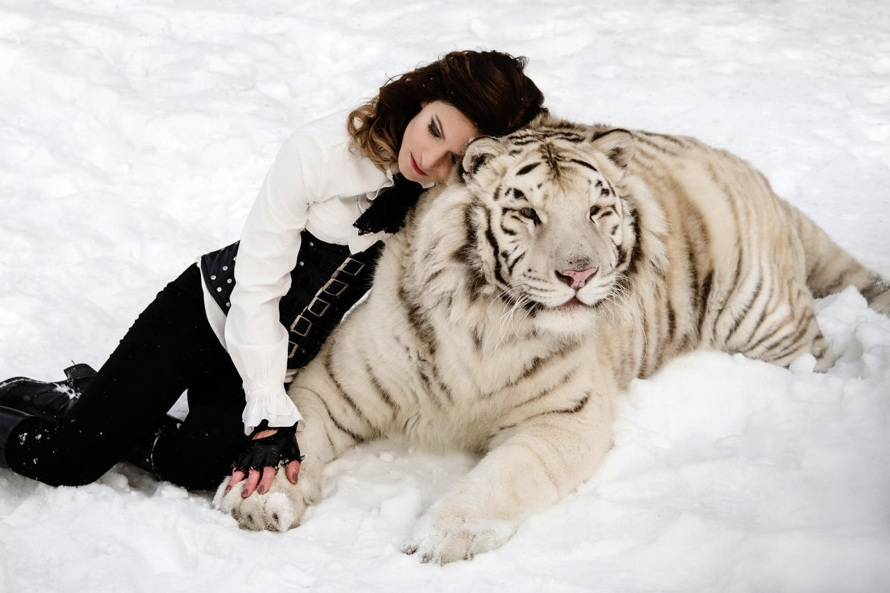 <p>The enchanting snaps show the models cuddling up to the deadly animals. (Photo: Olga Barantseva/Caters News) </p>