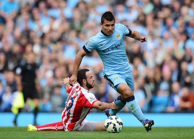 Manchester City's Argentine striker Sergio Aguero (R) vies with Stoke City's Republic of Ireland defender Marc Wilson during the English Premier League football match between Manchester City and Stoke City at the Etihad Stadium on August 30, 2014 (AFP Photo/Carl Court)