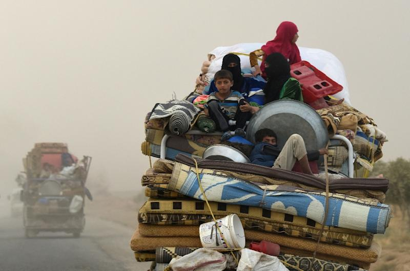 Displaced Syrians from Deir Ezzor head to refugee camps on the outskirts of Raqa in September 2017 (AFP Photo/BULENT KILIC)