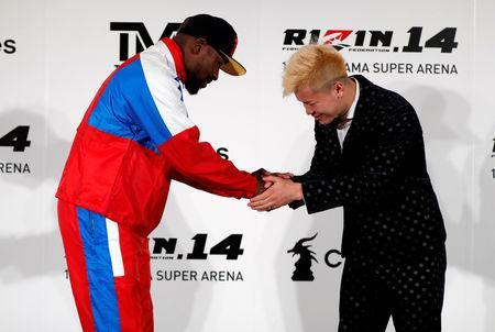 Undefeated boxer Floyd Mayweather Jr. of the U.S. shakes hands with his opponent Tenshin Nasukawa during a news conference to announce he is joining Japanese Mixed Martial Arts promotional company Rizin Fighting Federation, in Tokyo, Japan November 5, 2018. REUTERS/Issei Kato