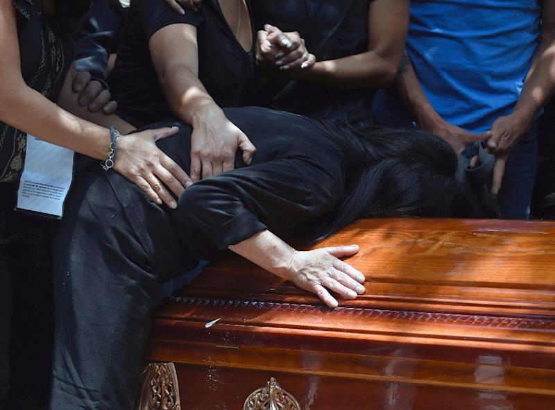 The mother of murdered Mexican photographer Ruben Espinosa cries over his coffin upon arrival at the Dolores cemetery in Mexico City, on August 3, 2015 (AFP Photo/Alfredo Estrella)