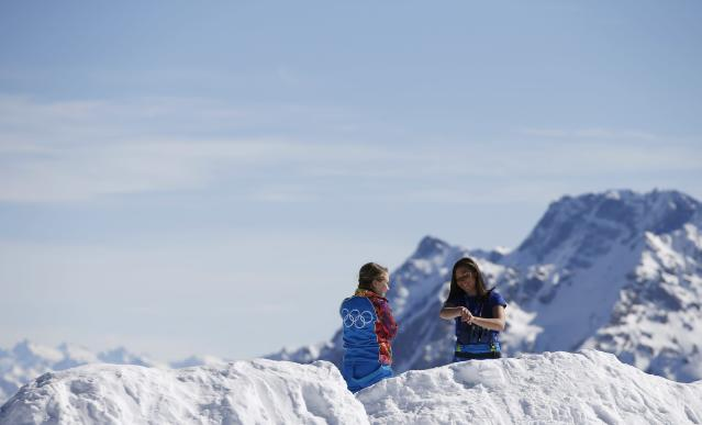 Volunteers enjoy a sunny afternoon on top of the mountain of Rosa Khutor during the 2014 Sochi Winter Olympics February 13, 2014. REUTERS/Leonhard Foeger (RUSSIA - Tags: SPORT OLYMPICS ENVIRONMENT)