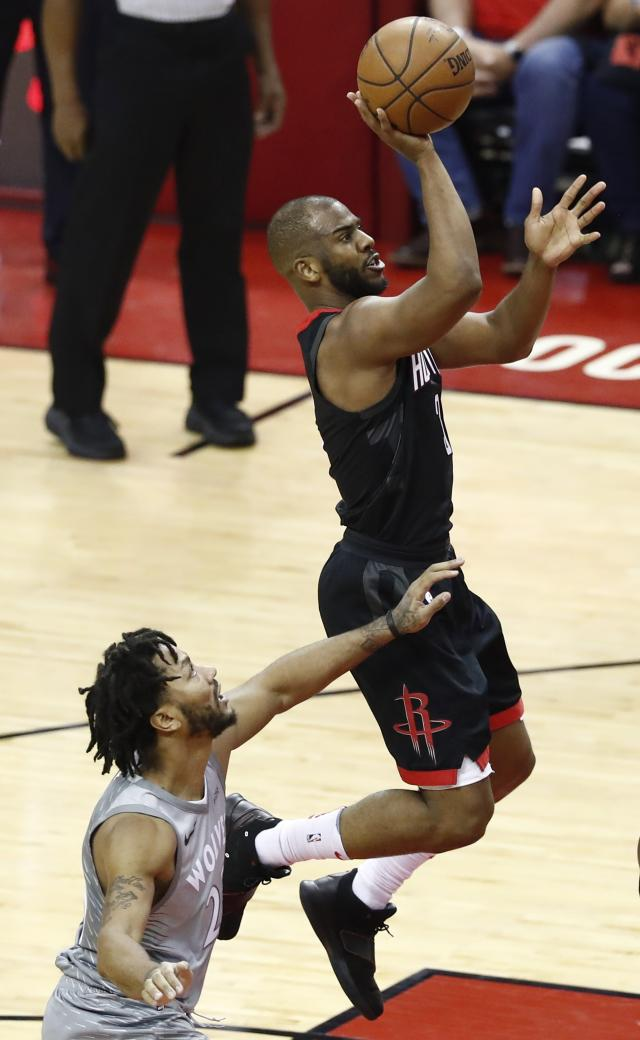 LWS120. Houston (United States), 15/04/2018.- Minnesota Timberwolves guard Derrick Rose (L) tries to block a shot against Houston Rockets guard Chris Paul (R) in the second half of the NBA Western Conference first round Playoffs basketball game between the Minnesota Timberwolves and the Houston Rockets at the Toyota Center in Houston, Texas, USA, 15 April 2018. (Baile de la Rosa, Baloncesto, Estados Unidos) EFE/EPA/LARRY W. SMITH SHUTTERSTOCK OUT