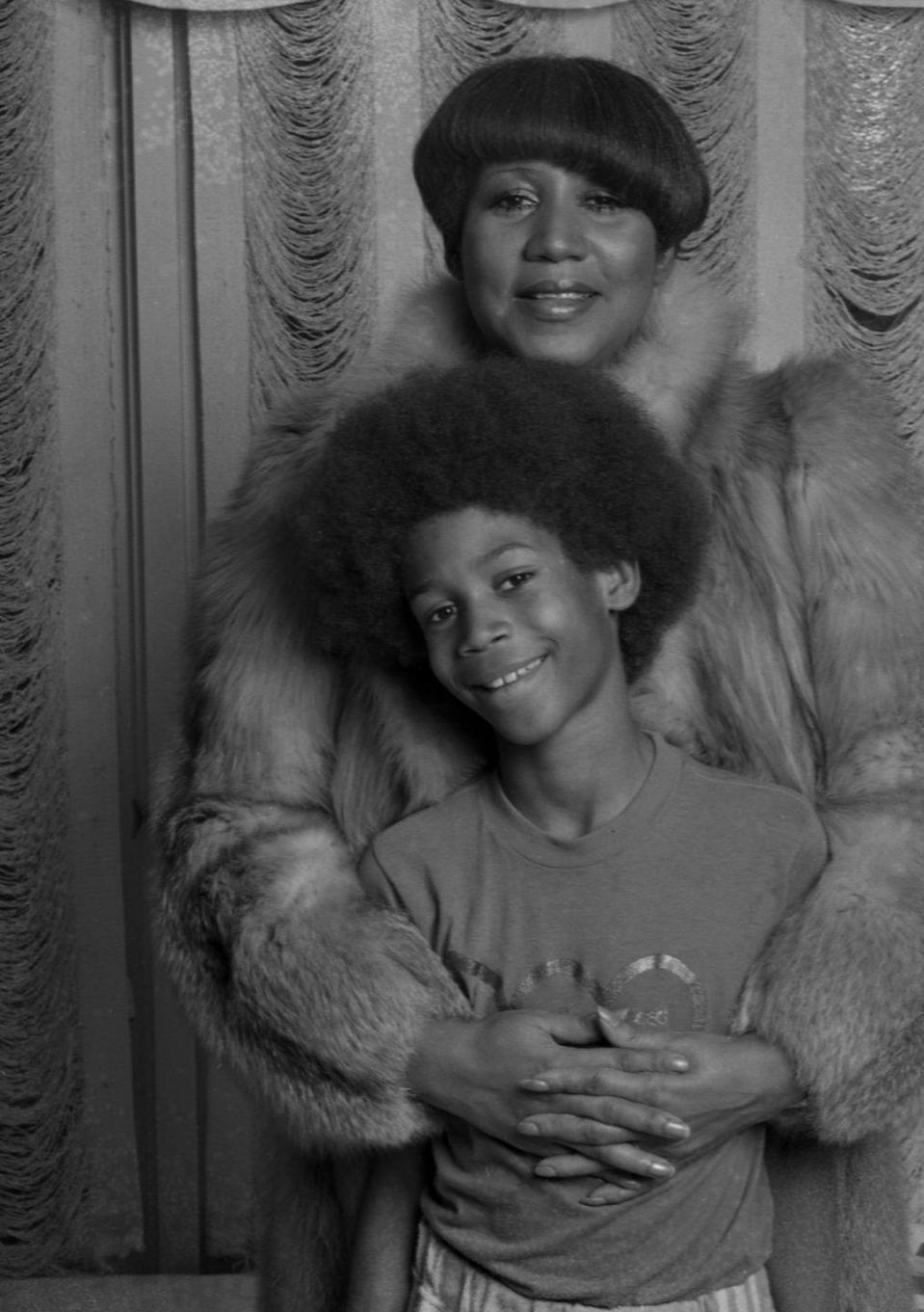 <p>Aretha poses for a photograph with her youngest son, Kecalf Cunningham, in 1981. </p>
