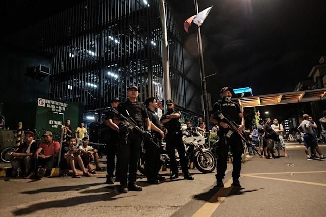 <p>Filipino policemen stand guard outside the Resorts World Manila building after gunshots and explosions were heard in Pasay City on June 2, 2017 in Manila, Philippines. (Photo: Basilio H. Sepe/Getty Images) </p>