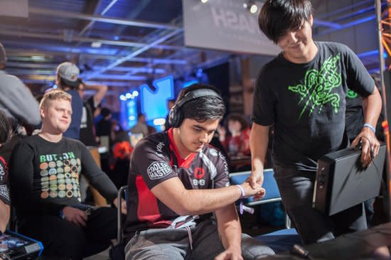 "Kun Xian Ho shakes hands with Arman ""Phenom"" Hanjani after winning DreamHack Winter 2015 (Stephanie Lindgren)"