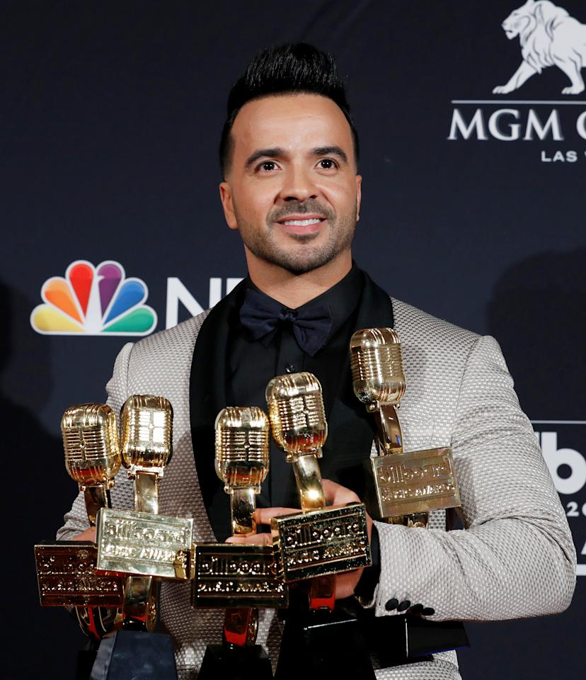 2018 Billboard Music Awards – Photo Room – Las Vegas, Nevada, U.S., 20/05/2018 – Luis Fonsi holds his awards for Top Hot 100 Song, Top Collaboration, Top Steaming Song (Video), Top Selling Song and Top Latin Song. REUTERS/Steve Marcus     TPX IMAGES OF THE DAY
