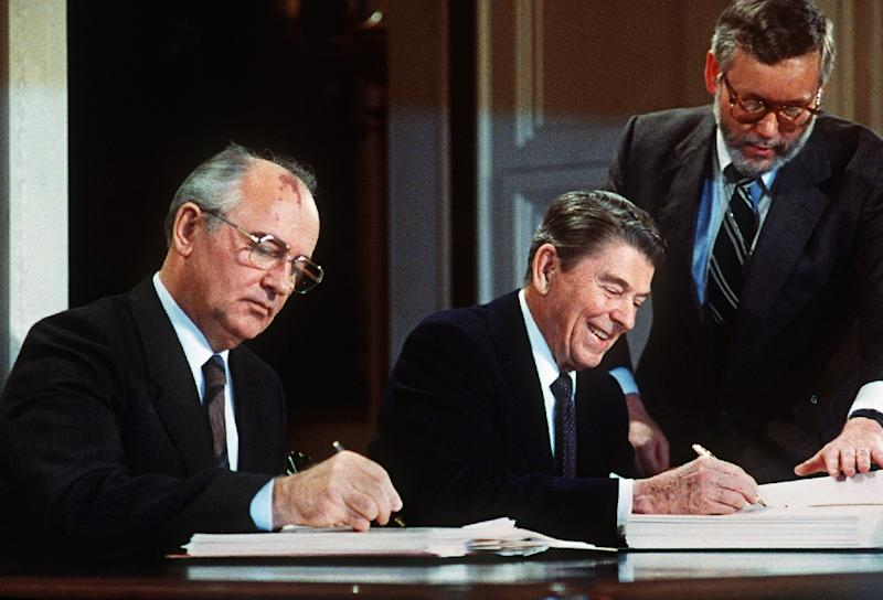 Soviet leader Mikhail Gorbatchev (L) and US President Ronald Reagan sign a treaty eliminating US and Soviet intermediate-range and shorter-range nuke missiles in 1987