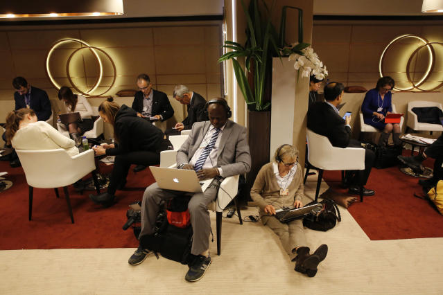 Participants use their smart phones and laptops between sessions during the annual meeting of the World Economic Forum (WEF) in Davos, Switzerland January 22, 2016. REUTERS/Ruben Sprich