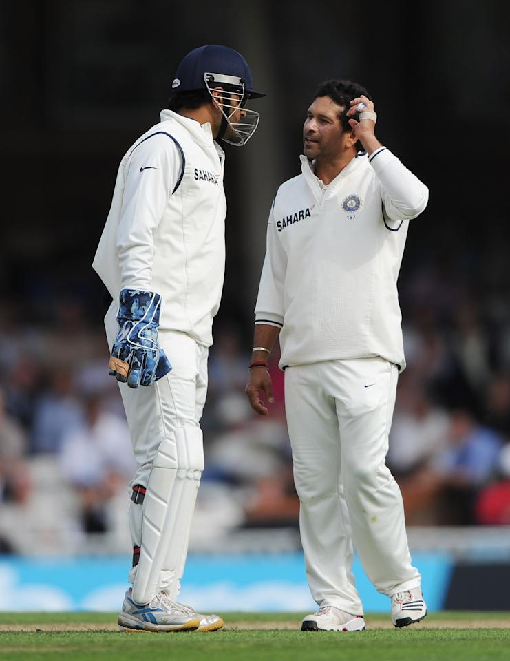 LONDON, ENGLAND - AUGUST 19: Sachin Tendulkar (R) of India talks to Mahendra Singh Dhoni during day two of the 4th npower Test Match between England and India at The Kia Oval on August 19, 2011 in London, England.  (Photo by Gareth Copley/Getty Images)