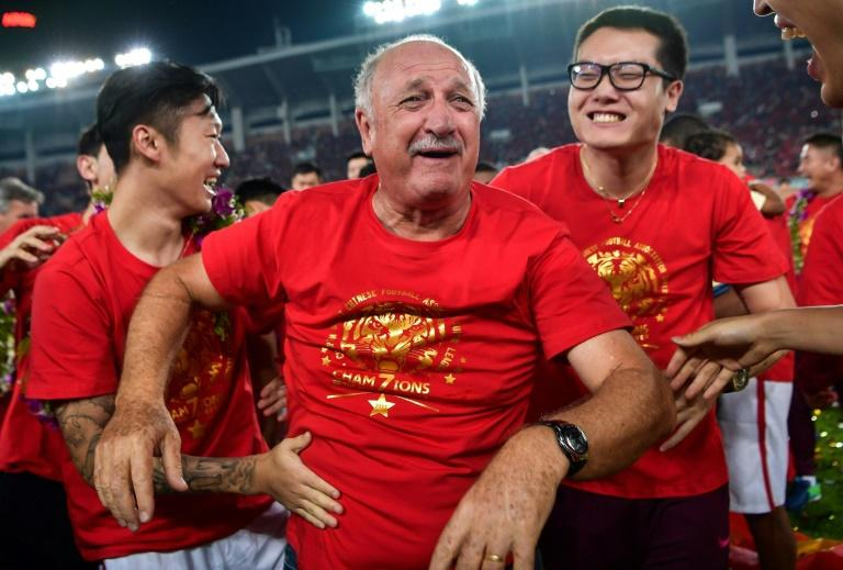 Luiz Felipe Scolari celebrates with his players after Guangzhou Evergrande clinched the Chinese Super League title on October 22, 2017