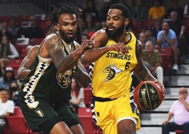 Adika Peter-Mcneilly, right,scored an Elam Ending three-pointer to help the Edmonton Stingers collect their fourth win in a row. (@CEBLeague/Twitter - image credit)
