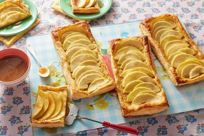 """<p>Just one look at this apple tart and it would seem like you spend hours in the kitchen baking. But the fancy fall dessert is actually easy to make thanks to packaged puff pastry. <br></p><p><strong><a href=""""https://www.thepioneerwoman.com/food-cooking/recipes/a8881/quick-easy-and-yummy-apple-tart/"""" rel=""""nofollow noopener"""" target=""""_blank"""" data-ylk=""""slk:Get the recipe."""" class=""""link rapid-noclick-resp"""">Get the recipe.</a></strong></p><p><strong><strong><a class=""""link rapid-noclick-resp"""" href=""""https://go.redirectingat.com?id=74968X1596630&url=https%3A%2F%2Fwww.walmart.com%2Fbrowse%2Fhome%2Fbakeware%2Fthe-pioneer-woman%2F4044_623679_8455465%2FYnJhbmQ6VGhlIFBpb25lZXIgV29tYW4ie%3Fcat_id%3D4044_623679_8455465%26facet%3Dbrand%253AThe%2BPioneer%2BWoman&sref=https%3A%2F%2Fwww.thepioneerwoman.com%2Ffood-cooking%2Fmeals-menus%2Fg37145681%2Feasy-apple-recipes%2F"""" rel=""""nofollow noopener"""" target=""""_blank"""" data-ylk=""""slk:SHOP BAKEWARE"""">SHOP BAKEWARE</a></strong></strong></p>"""