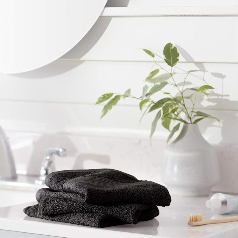 Amazon Basics Fade-Resistant Cotton Washcloth12-Pack. (Photo: Amazon)