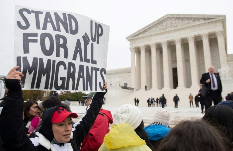 Immigration rights activists rally in front of the US Supreme Court (AFP Photo/SAUL LOEB)