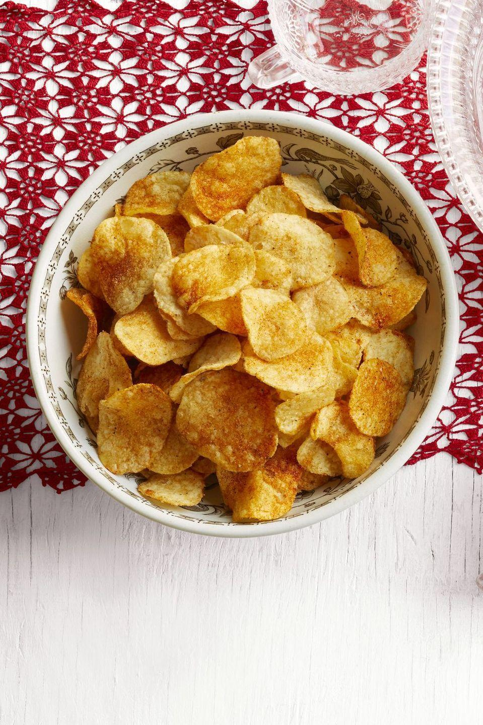"""<p>A dash of garlic salt, paprika, and cayenne pepper elevate a regular old bag of potato chips. It's a fun snack to serve for the Super Bowl.</p><p><strong><a href=""""https://www.thepioneerwoman.com/food-cooking/recipes/a34272361/spiced-up-potato-chips-recipe/"""" rel=""""nofollow noopener"""" target=""""_blank"""" data-ylk=""""slk:Get the recipe."""" class=""""link rapid-noclick-resp"""">Get the recipe.</a></strong></p><p><strong><a class=""""link rapid-noclick-resp"""" href=""""https://go.redirectingat.com?id=74968X1596630&url=https%3A%2F%2Fwww.walmart.com%2Fbrowse%2Fhome%2Fthe-pioneer-woman-bowls%2F4044_623679_3480962_3544662&sref=https%3A%2F%2Fwww.thepioneerwoman.com%2Ffood-cooking%2Fmeals-menus%2Fg35049189%2Fsuper-bowl-food-recipes%2F"""" rel=""""nofollow noopener"""" target=""""_blank"""" data-ylk=""""slk:SHOP BOWLS"""">SHOP BOWLS</a><br></strong></p>"""