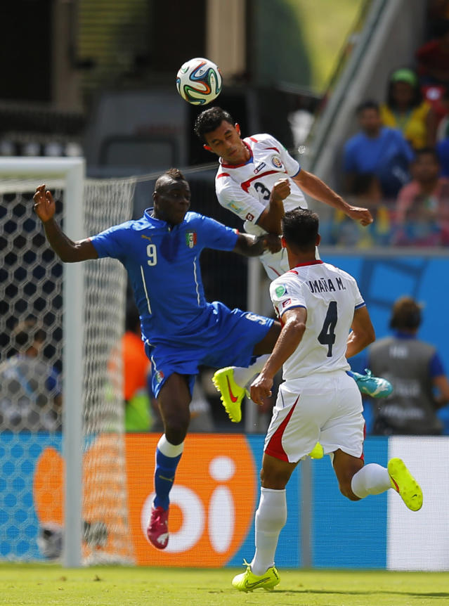 Italy's Mario Balotelli (L) fights for the ball with Costa Rica's Michael Umana (bottom R) and Giancarlo Gonzalez during their 2014 World Cup Group D soccer match at the Pernambuco arena in Recife June 20, 2014. REUTERS/Brian Snyder (BRAZIL - Tags: SOCCER SPORT WORLD CUP)