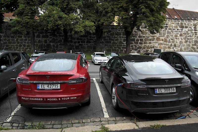 Cars are seen charging in free parking spaces for electric cars in central Oslo on August 19, 2014 (AFP Photo/Pierre-Henry Deshayes)
