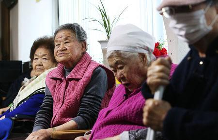 "Former South Korean ""comfort women"" watch a news report as they wait for the result of meeting between foreign ministers of South Korea and Japan at the ""House of Sharing,"" a special shelter for former ""comfort women"", in Gwangju, South Korea, December 28, 2015. REUTERS/Hong Ki-won/Yonhap"