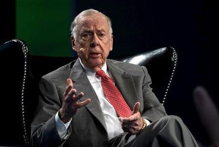 FILE PHOTO: T. Boone Pickens, CEO of BP Capital, speaks on a panel at the annual SkyBridge Alternatives Conference in Las Vegas