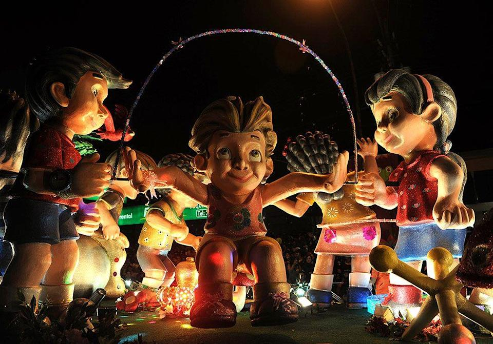 """<p>Costa Rica's <span class=""""redactor-unlink"""">Festival de la Luz</span> has only been a holiday tradition for 20 years, but people come from all over the world to be part of the luminous parade with spectacular floats and <a href=""""https://www.housebeautiful.com/design-inspiration/a4389/luna-moon-lanterns/"""" rel=""""nofollow noopener"""" target=""""_blank"""" data-ylk=""""slk:lanterns on display"""" class=""""link rapid-noclick-resp"""">lanterns on display</a>. </p>"""