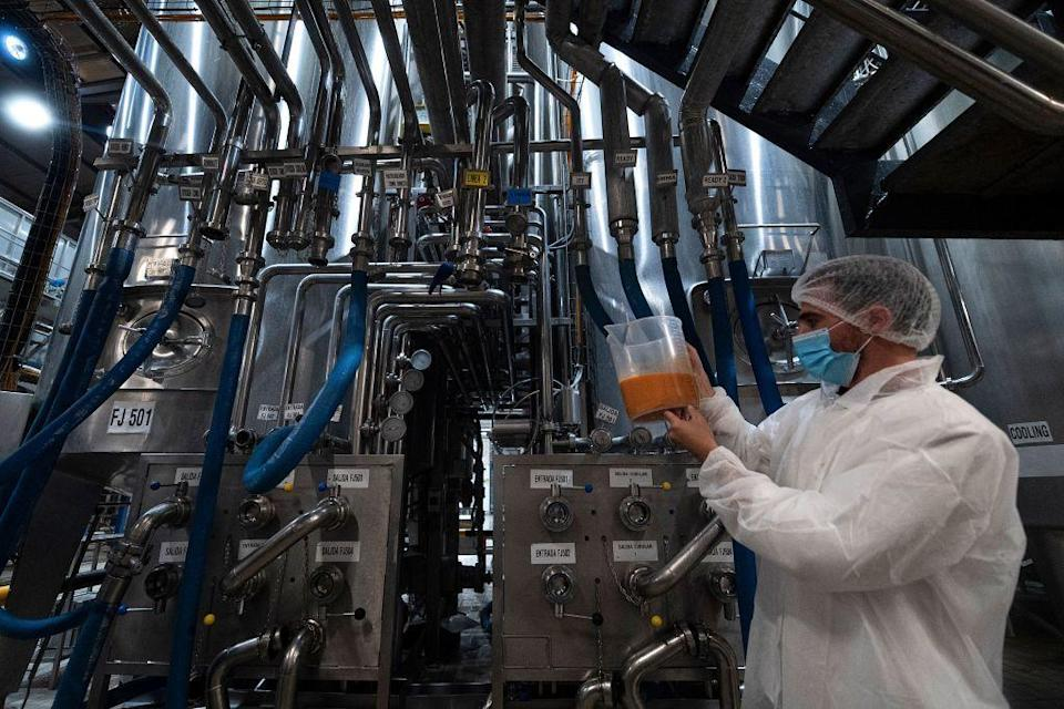 Un empleado analiza la calidad del gazpacho que realizan en su fábrica de Murcia (Photo: JOSE JORDAN via AFP via Getty Images)