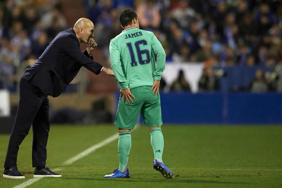 Zinedine Zidane of Real Madrid gives instructions to James Rodriguez during the Copa del Rey round of 16 match between Real Zaragoza and Real Madrid at La Romareda on January 29, 2020 in Zaragoza, Spain. (Photo by Jose Breton/Pics Action/NurPhoto via Getty Images)