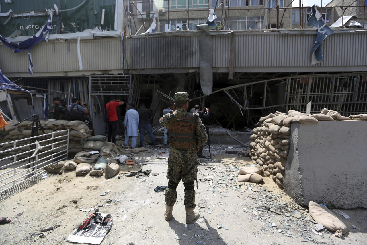 <p>Afghan security guard stand in front of Kabul Bank after suicide bombing in Kabul, Afghanistan, Tuesday, Aug. 29, 2017. (Photo: Rahmat Gul/AP) </p>