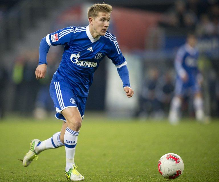 Schalke's midfielder Lewis Holtby runs with the ball in Hamburg, northern Germany, on November 27, 2012