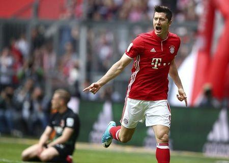 Football Soccer - Bayern Munich v Augsburg - German Bundesliga - Allianz Arena, Munich, Germany - 01/04/17 - Bayern Munich's Robert Lewandowski celebrates scoring a goal past Augsburg's Philipp Max.   REUTERS/Michael Dalder