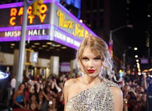 Singer Taylor Swift arrives at the 2009 MTV Video Music Awards in New York, September 13, 2009.