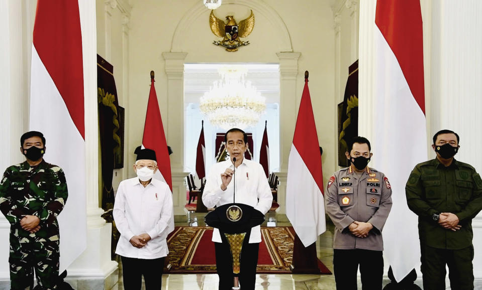 In this photo released by Indonesian Presidential Palace, Indonesian President Joko Widodo, center, accompanied by, from left to right, Armed Forces Chief Air Marshal Hadi Tjahjanto, Vice President Ma'ruf Amin, National Police Chief Gen. Listyo Sigit Prabowo, and National Intelligence Agency's Chief Gen. Budi Gunwan, delivers his televised remarks at the Merdeka Palace in Jakarta, Indonesia, Monday, April 26, 2021. Widodo expressed his condolences after an Indonesian brigadier general was killed in an ongoing clash between security forces and a rebel group in restive Papua province. (Indonesian Presidential Palace via AP)