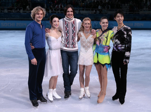 From right, Olympic figure skating gold medallists Yuzuru Hanyu of Japan, Adelina Sotnikova of Russia, Tatiana Volosozhar and Maxim Trankov of Russia, Meryl Davis and Charlie White of the United States pose for a group photograph following the finale of the figure skating exhibition gala at the Iceberg Skating Palace during the 2014 Winter Olympics, Saturday, Feb. 22, 2014, in Sochi, Russia. (AP Photo/Ivan Sekretarev)