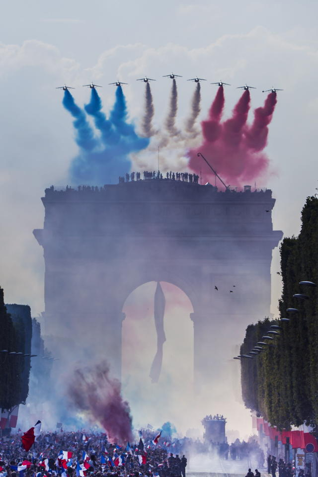 Paris (France), 16/07/2018.- The 'Patrouille de France' military aircrafts pass over the Champs Elysees avenue as French supporters greet the France's national soccer team players during a parade down the Champs-Elysee avenue in Paris, France, 16 July 2018. France won 4-2 the FIFA World Cup 2018 final against Croatia in Moscow, on 15 July. (Croacia, Mundial de Fútbol, Moscú, Francia) EFE/EPA/CHRISTOPHE PETIT TESSON