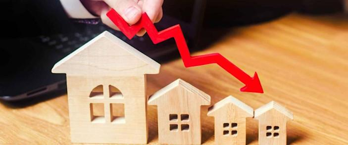 a decline in property prices. population decline. falling interest on the mortgage. reduction in demand for the purchase of housing. low energy efficiency. low prices for public utilities