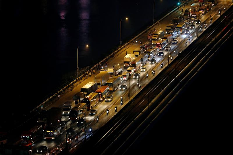 Commuters cross the causeway from Malaysia during morning rush hour in Singapore June 16, 2017. REUTERS/Edgar Su TPX IMAGES OF THE DAY