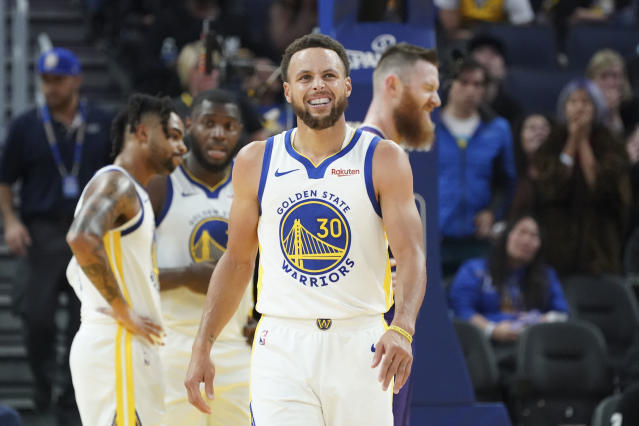 """<a class=""""link rapid-noclick-resp"""" href=""""/nba/players/4612/"""" data-ylk=""""slk:Stephen Curry"""">Stephen Curry</a> broke his non-shooting hand against the <a class=""""link rapid-noclick-resp"""" href=""""/nba/teams/phoenix/"""" data-ylk=""""slk:Suns"""">Suns</a> on Wednesday. (Reuters)"""