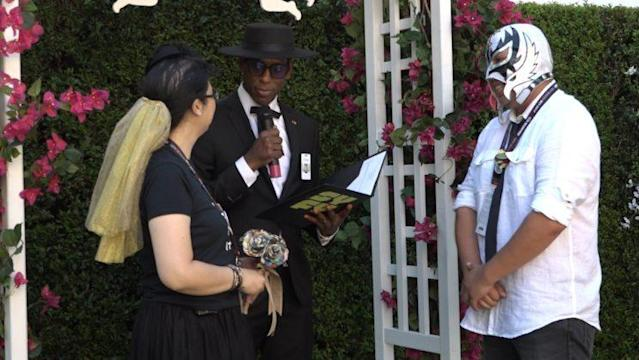 Rev. Orlando Jones officiates a wedding at Comic-con (Credit: Yahoo)