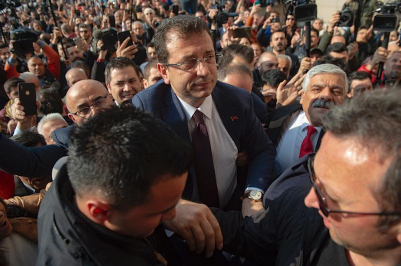 Cheering supporters packed the streets to greet opposition candidate Ekrem Imamoglu (C) at the Istanbul court where he received his mandate certificate (AFP Photo/Yasin AKGUL)